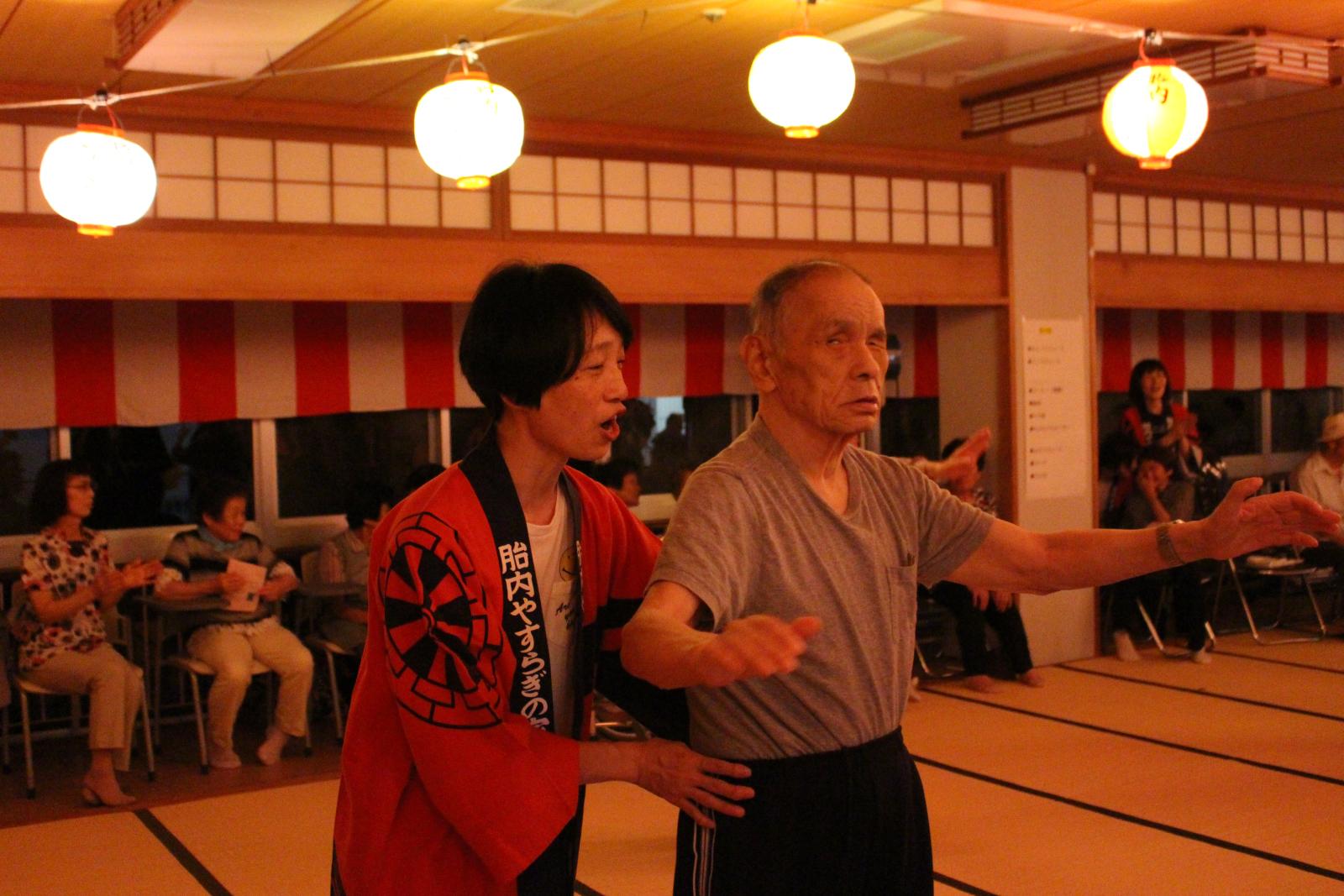 盆踊りを踊る利用者と職員