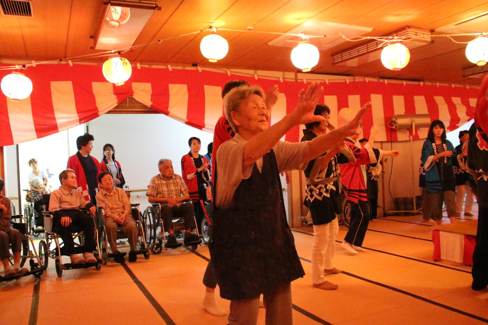 盆踊りを踊る利用者