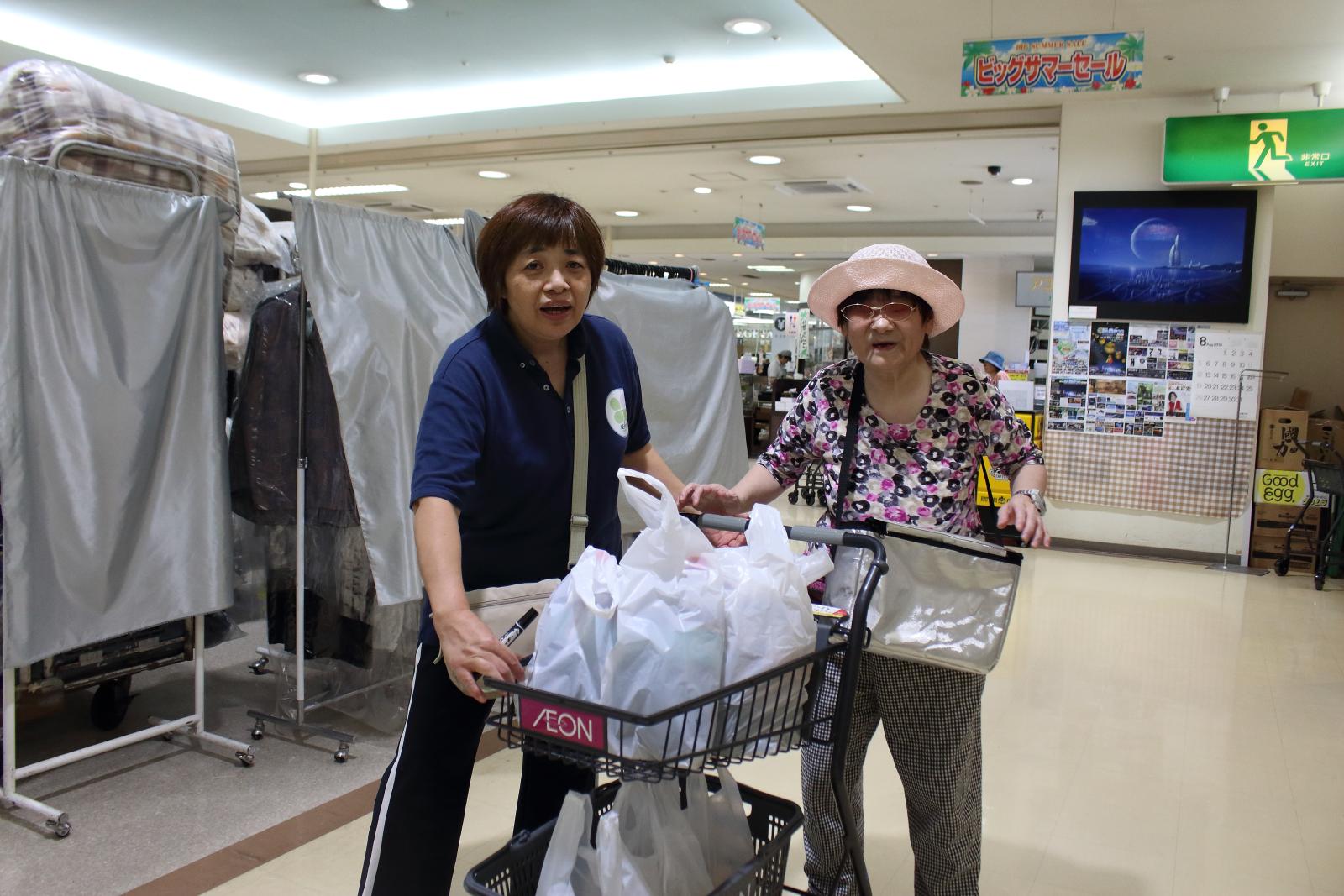 買物を楽しむ利用者