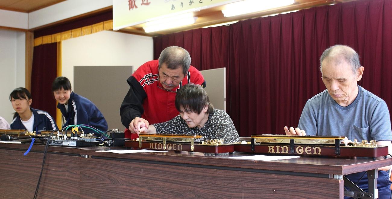大正琴を弾く利用者