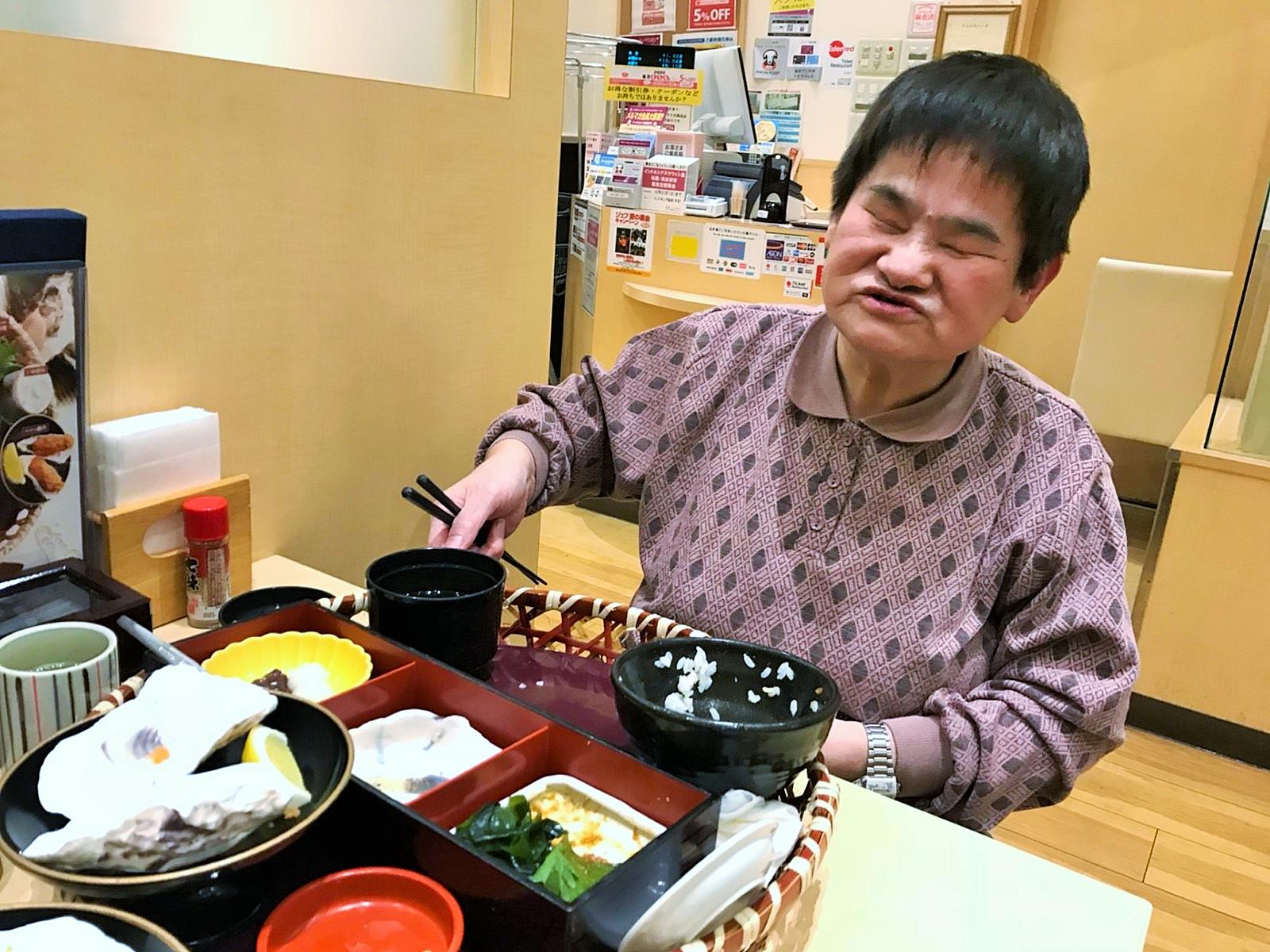 食事を楽しむ利用者