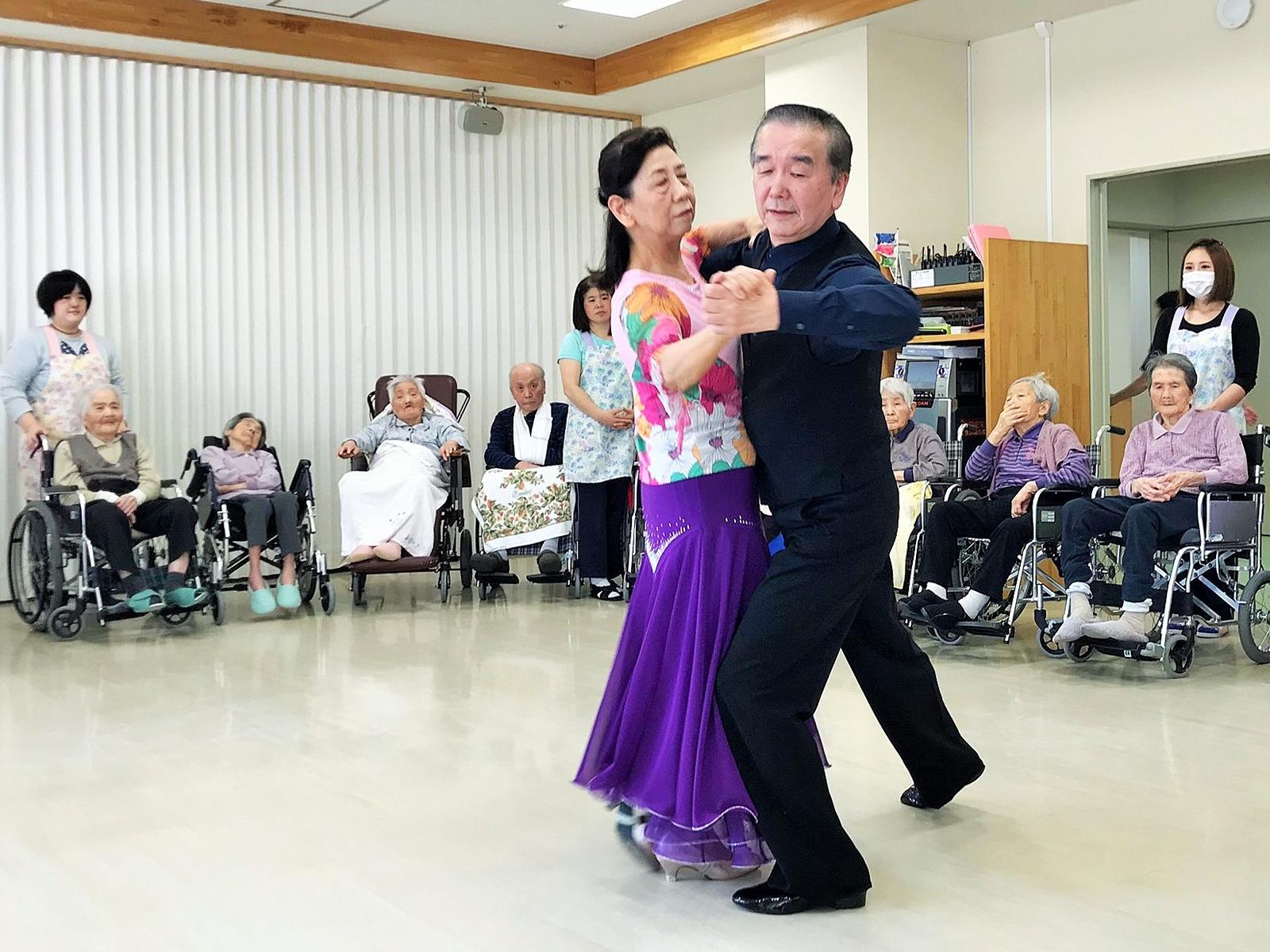 社交ダンスの披露