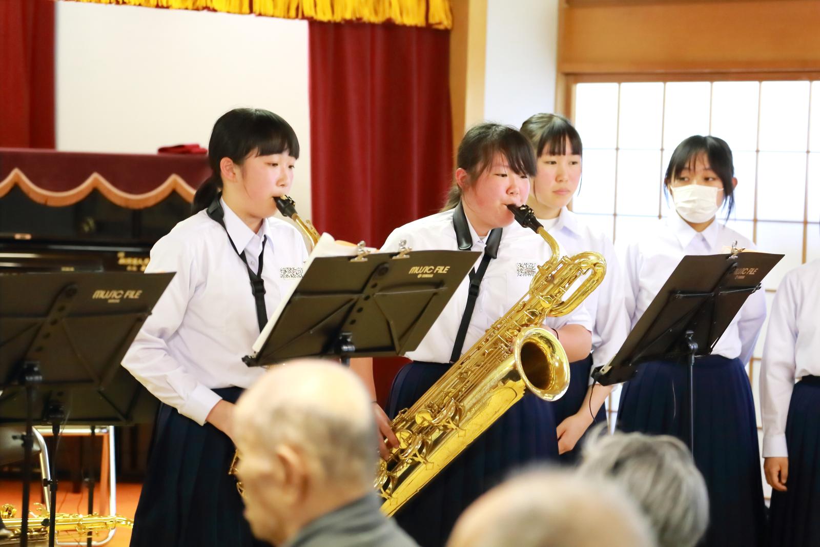 楽器演奏する生徒