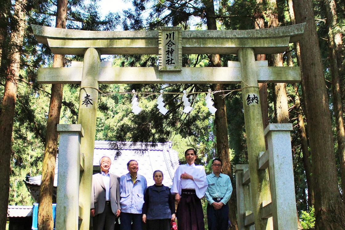 神社の前で記念写真