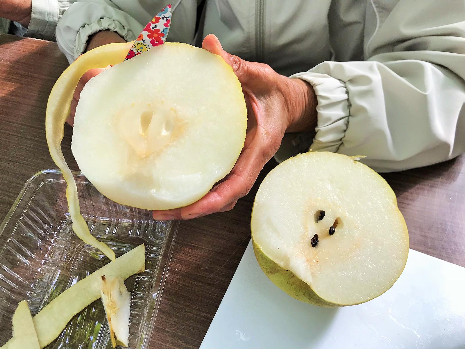 梨をむいている写真