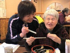美味しそうにお寿司を食べる利用者さん